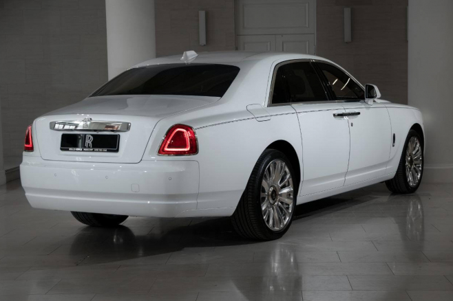 Rolls-Royce-Ghost-white-02.JPG