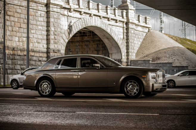 Rolls-Royce-Phantom-grey-1.jpeg