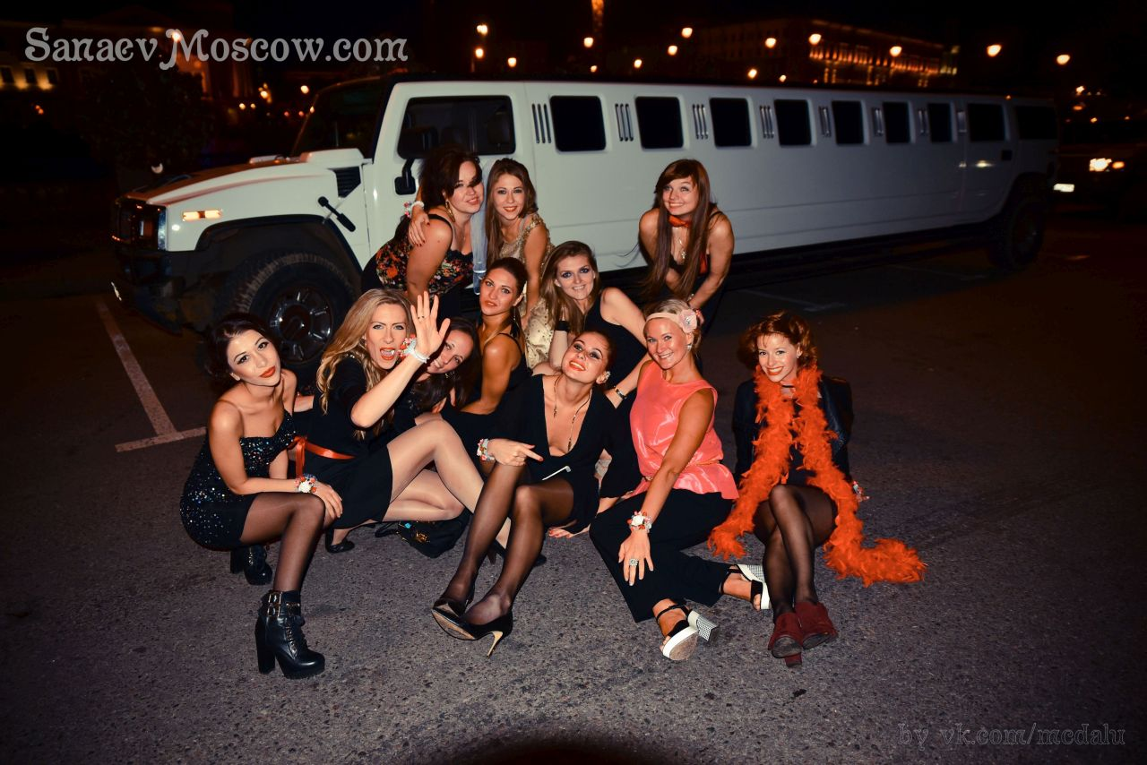 Блондинка устроили классную групповуху на девичники оргии трахнут девушки